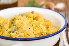 Bacalhaus com ovo e ervas no prato Foto de Stock