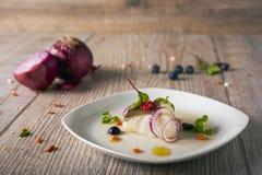 Bacalhaus deliciosos com cebolas, foco seletivo imagem de stock royalty free