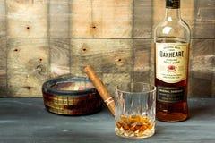 Bacardi würzte Rum auf rustikalem Hintergrund lizenzfreie stockfotos