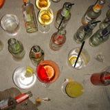 Bacardi wierzchołki na podłoga i butelki obraz royalty free