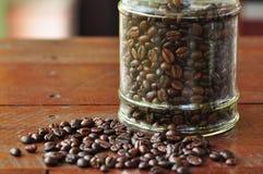 Bacca di caffè in bottiglia immagine stock