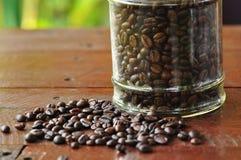 Bacca di caffè sulla tavola di legno fotografie stock libere da diritti