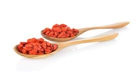 Bacca di Goji o wolfberry cinese in cucchiaio di legno su bianco Immagine Stock
