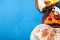 Bacca, mela e torte di crema organiche casalinghe, spazio vuoto per testo immagini stock