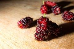 Bacca rossa fresca sul piatto di legno Fotografia Stock Libera da Diritti