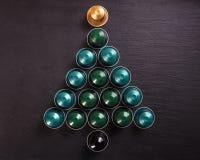 Baccelli del caffè del caffè espresso che formano un albero di Natale, su fondo nero, vista superiore Immagine Stock