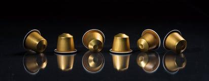 Baccelli del caffè del caffè espresso isolati su fondo nero, vista con i dettagli, insegna del primo piano Immagini Stock