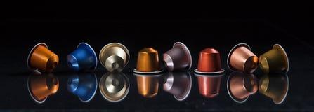 Baccelli del caffè del caffè espresso isolati su fondo nero, vista con i dettagli, insegna del primo piano Fotografia Stock