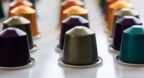 Baccelli del caffè del caffè espresso su fondo bianco, vista del primo piano con i dettagli Fotografie Stock
