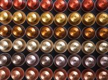 Baccelli del caffè del caffè espresso su fondo nero, vista superiore Immagine Stock
