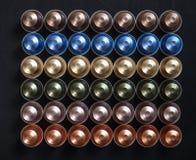 Baccelli del caffè del caffè espresso su fondo nero, vista superiore Fotografia Stock