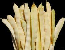 Baccelli di fagiolo verde gialli su fondo nero immagine stock libera da diritti