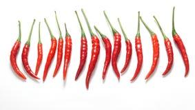 Baccelli di peperone caldo, peperoncino rosso su un fondo bianco Immagine Stock