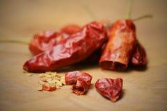 Baccelli e semi dei peperoncini rossi, affettati su un tagliere  immagine stock libera da diritti