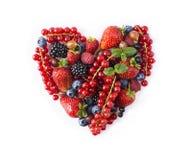 Bacche assortite di forma del cuore su fondo bianco Le bacche nel cuore modellano isolato su un bianco Mirtilli maturi, ribes ros Immagini Stock