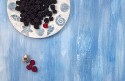 Bacche, Blackberry, mirtilli sulla tavola blu Immagine Stock
