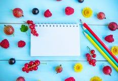 Bacche, blocco note e matite di estate Fotografia Stock Libera da Diritti