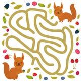 Bacche della foresta e dello scoiattolo rosso sul gioco bianco del labirinto del fondo per i bambini in età prescolare Vettore Fotografie Stock