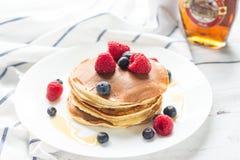 Bacche della prima colazione pancake Prima colazione romantica su una tavola di legno Campo di mattina della sorgente? di erba ve Fotografia Stock Libera da Diritti