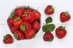 Bacche delle fragole in ciotola da sopra Fotografia Stock