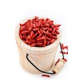 Bacche di goji secche rosso in secchio di legno Fotografia Stock