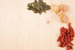 Bacche di Goji, semi, caffè, zenzero, tavola di legno con lo spazio della copia Immagine Stock Libera da Diritti