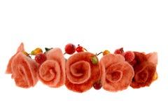 Bacche e belle rose tessute in una corona Immagine Stock