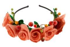 Bacche e belle rose tessute in una corona Fotografia Stock Libera da Diritti