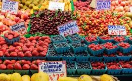 Bacche e ciliege nel mercato immagine stock libera da diritti