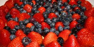 Bacche lustrate su una torta di frutta immagine stock libera da diritti