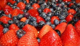 Bacche lustrate su una torta di frutta fotografia stock libera da diritti