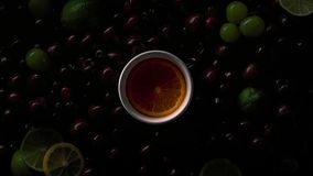 Bacche nelle gocce di acqua con le ciliege, uva verde, fetta arancio, calce, fette del limone fotografie stock libere da diritti