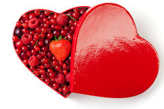 Bacche rosse per in la casella heart-shaped fotografia stock