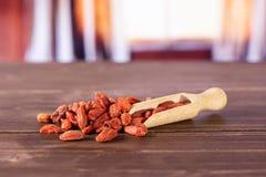 Bacche rosse secche di goji con le tende immagini stock libere da diritti