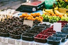 Bacche in scatole sul mercato Vetrina del mercato con le bacche Th Fotografie Stock Libere da Diritti