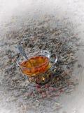 Bacche secche di goji inzuppate in tè caldo, foschia filtrata Fotografia Stock