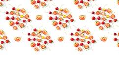 Bacche stagionali organiche crude fresche di frutti su un fondo bianco fotografie stock libere da diritti