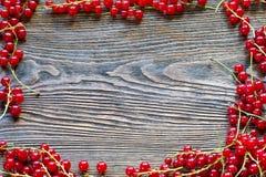 Bacche su fondo di legno Ove organico della bacca della primavera o di estate Fotografia Stock Libera da Diritti