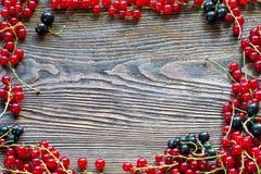 Bacche su fondo di legno Ove organico della bacca della primavera o di estate Immagine Stock