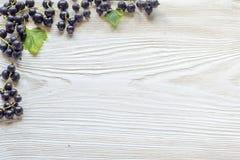 Bacche su fondo di legno Ove organico della bacca della primavera o di estate Fotografie Stock Libere da Diritti