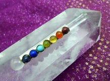 Bacchetta di Chakra sul cristallo di quarzo gigante Immagine Stock Libera da Diritti