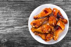 Bacchette appiccicose del pollo arrostito marinate con miele e lo zenzero, superiore vista immagine stock libera da diritti