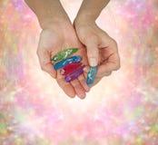 Bacchette del quarzo di Crystal Therapist Holding Aura Terminated Fotografia Stock Libera da Diritti