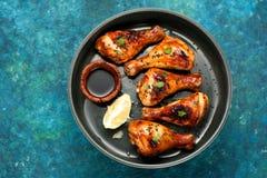 Bacchette di pollo al forno con la salsa di soia immagine stock