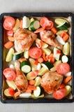 Bacchette di pollo al forno su un vassoio di cottura Immagini Stock
