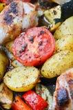 Bacchette di pollo al forno su un vassoio di cottura Immagine Stock