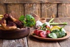 Bacchette di pollo e ortaggi freschi, pasto favorito immagine stock