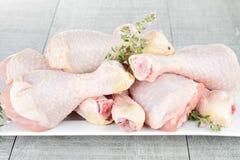 Bacchette di pollo grezze Fotografia Stock