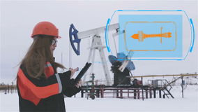 bacground απομονωμένη μηχανικός λευκή γυναίκα Μια γυναίκα σε ένα σκληρό καπέλο που λειτουργεί στην πετρελαιοφόρο περιοχή ζωτικότη απόθεμα βίντεο