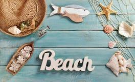 Bacground лета с аксессуарами пляжа на голубой деревянной доске Стоковые Фото